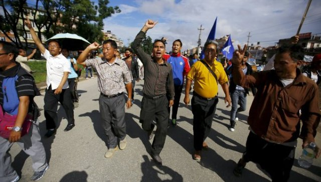 Polisləri yandırıb nizələrə keçirdilər - Nepalda dəhşət