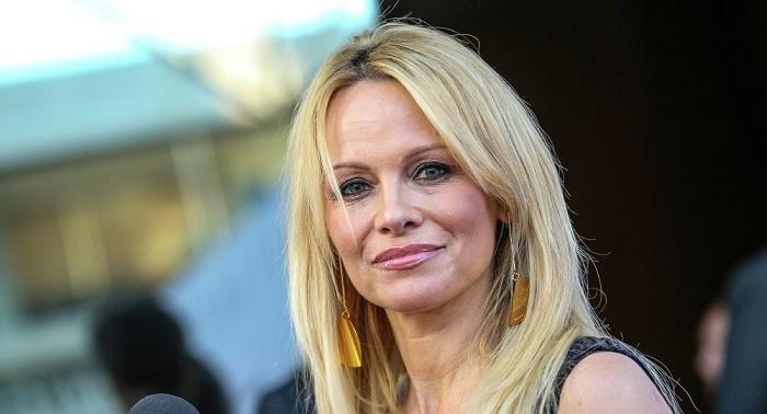 Pamela Anderson presents Melania Trump with a Russian eco-fur coat