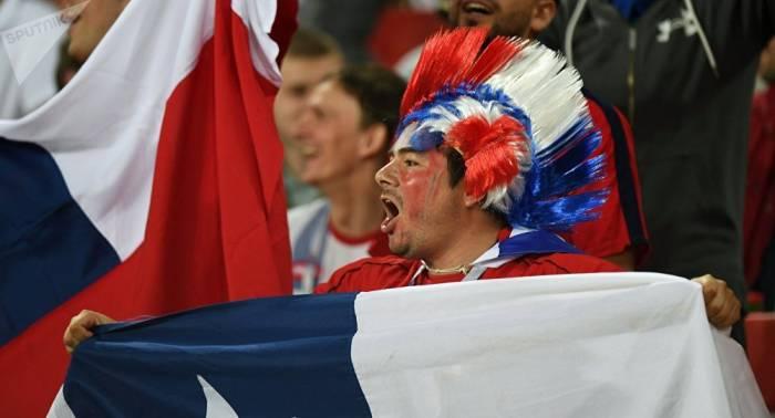 Chilenos celebran en la plaza Roja la victoria de su equipo en la Copa Confederaciones