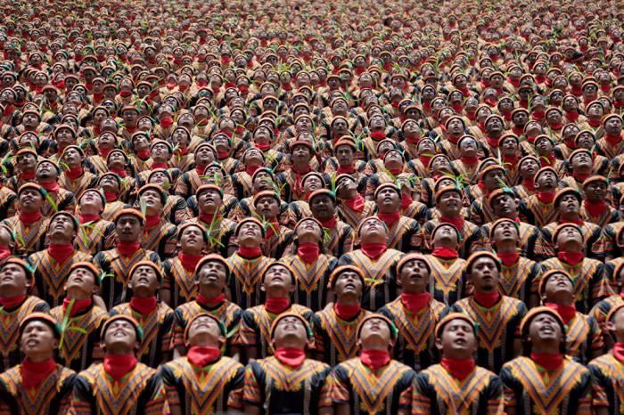 Más de 10.000 hombres indonesios danzan coreográficamente para batir un récord