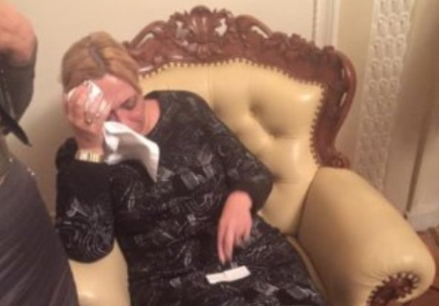Kişi həmkarı qadın deputatın başına butulka çırpdı - VİDEO