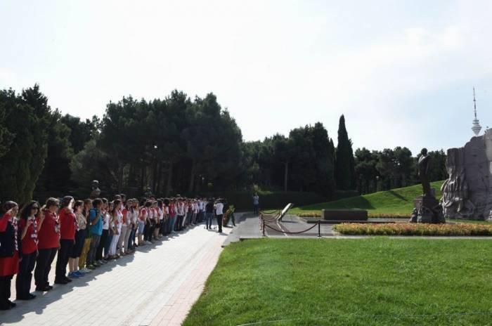 Teilnehmer der Konferenz der Weltpfadfinderorganisation (WOSM) besuchen Ehren-und Märtyreralleen