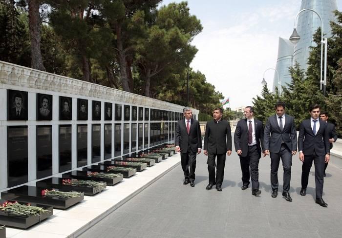 Le chef de la diplomatie bolivienne visite les allées d'Honneur et des Martyrs