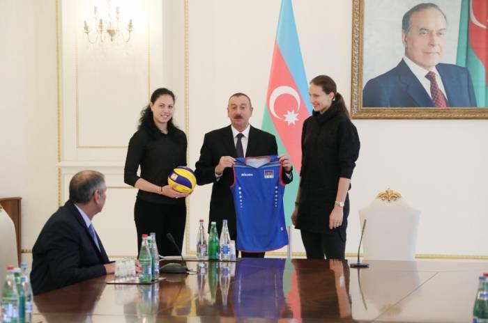 Prezident voleybolçu qızlarla görüşüb - FOTOLAR (YENİLƏNİB)