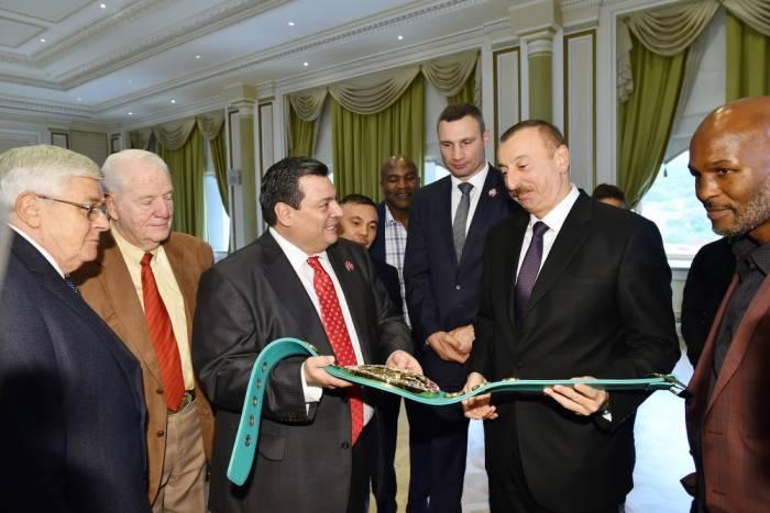 İlham Əliyevə çempion kəmərləri hədiyyə edildi - FOTOLAR