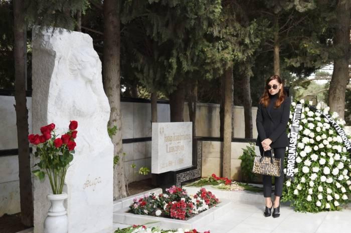Mehriban Əliyeva anasının məzarını ziyarət etdi