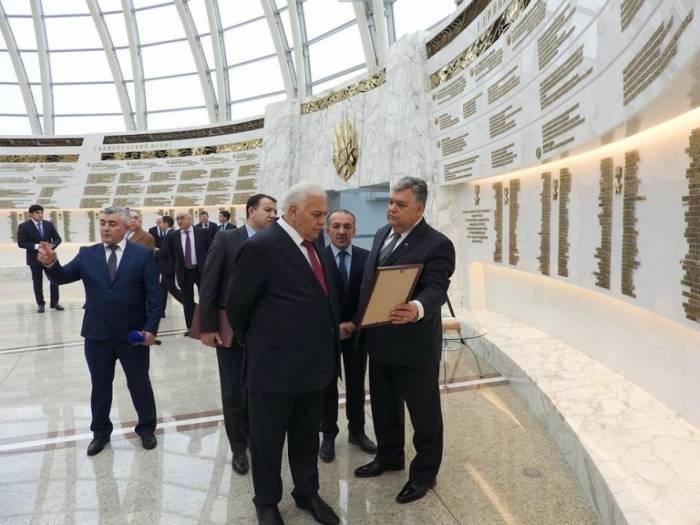 La délégation du Milli Medjlis visite le Musée  de la Seconde Guerre mondiale à Minsk