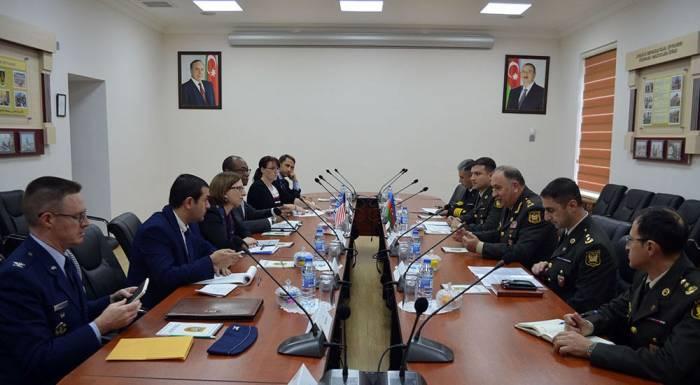 Aserbaidschan und USA tauschen sich über Aussichten für militärische Zusammenarbeit aus