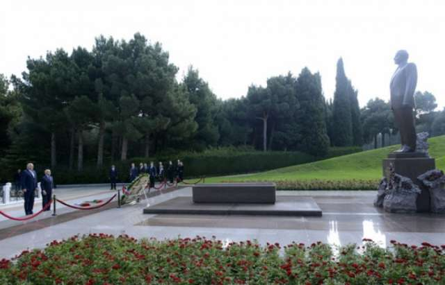Vice president of Czech Senate pays respect to national leader Heydar Aliyev and Azerbaijani martyrs