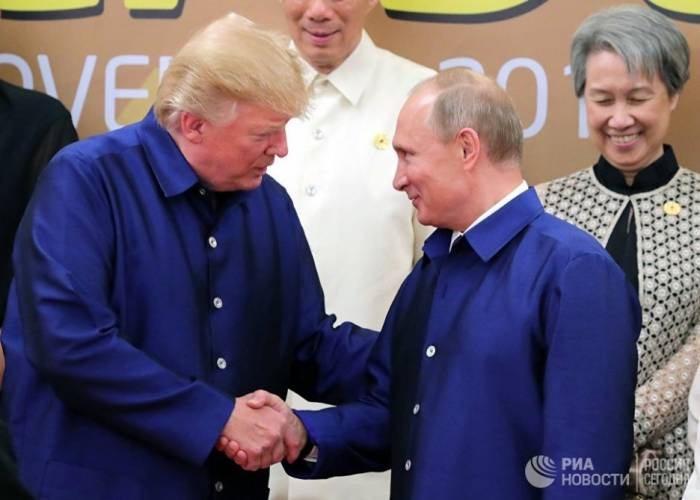 Putin və Tramp bir-birinin əlini sıxdı