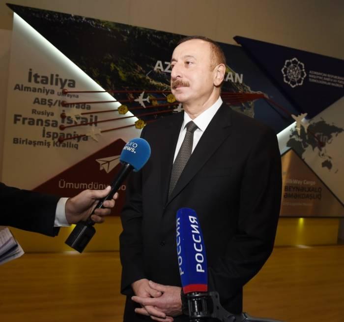 Aserbaidschans Präsident Ilham Aliyev beantwortet Fragen von Journalisten