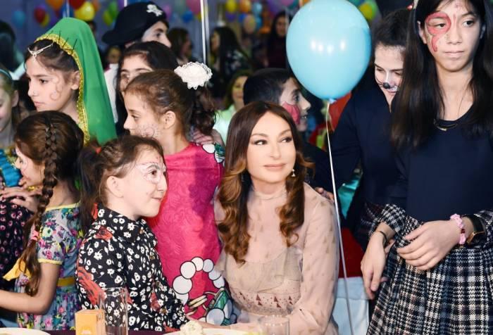 Birinci xanım qızları ilə Yeni il şənliyində - FOTOLAR