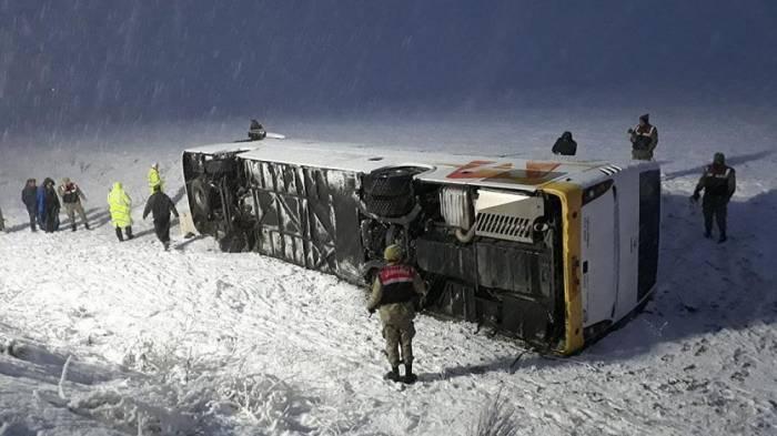 Türkiyədə avtobus aşıb, 18 sərnişin yaralanıb