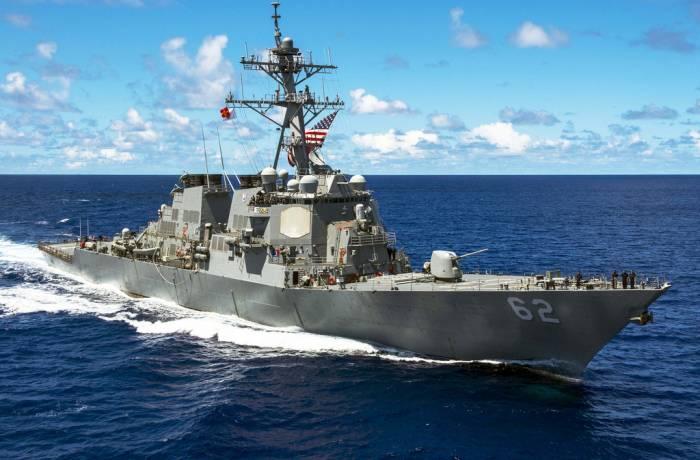ABŞ esminesi yük gəmisi ilə toqquşub: 7 nəfər itkin düşüb (VİDEO)