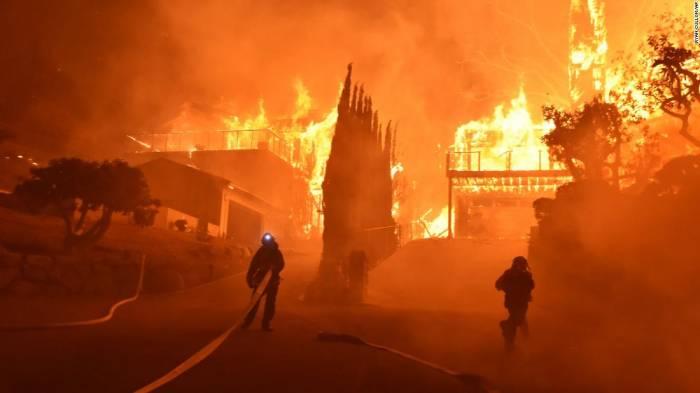 La Californie se bat toujours contre l'incendie Thomas