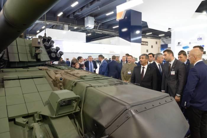 """El Ministro de Defensa de Azerbaiyán participó en la exposición """"MSPO - 2017""""en Polonia"""