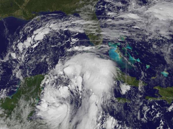 Nate se fortalece y pasa a huracán de categoría 1 en el Golfo de México