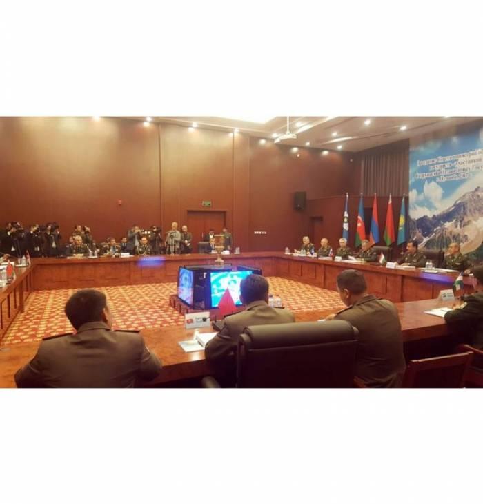 Zakir Hasanov participó en la reunión del Consejo de Ministros de Defensa de  CEI