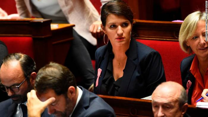 Silbar, piropear y seguir a mujeres en las calles de Francia sería un delito