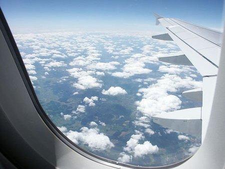 Viajero filma una ventanilla rota del avión durante en pleno vuelo
