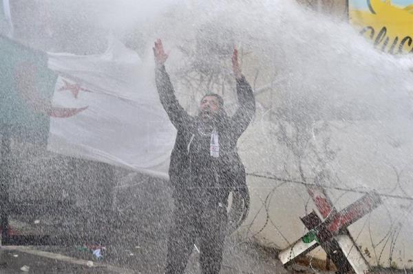 La Policía lanza gases contra los manifestantes cerca de la Embajada de EEUU en Beirut