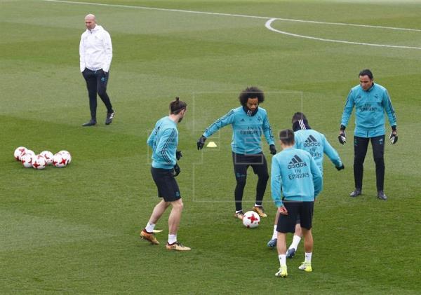Varane y Modric se ausentan de una sesión que comenzó con retraso