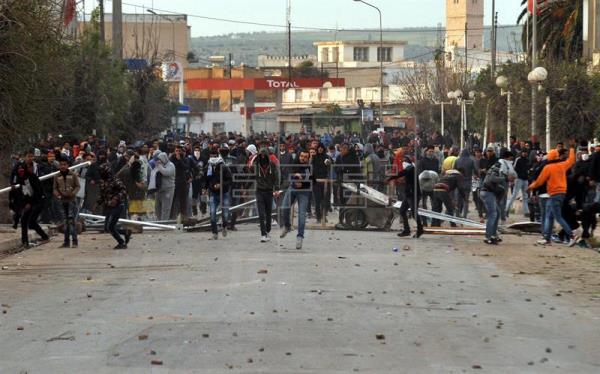 Nuevos disturbios y enfrentamientos nocturnos con la Policía en Túnez