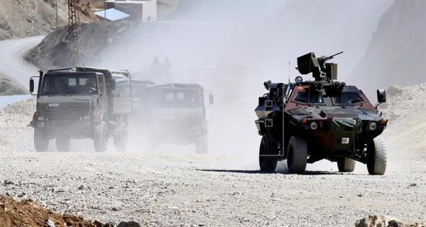 Movimiento de tropas y vehículos turcos en la frontera entre Afrín y Turquía