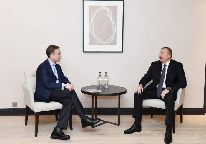 Ilham Aliyev se reúne con un miembro del Comité de Administración de Mastercard y el Vicepresidente Ejecutivo de Cisco