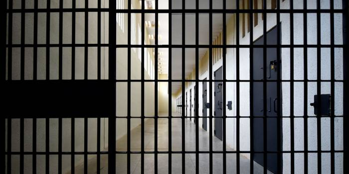 États-Unis : une femme qui avait accouché seule en prison porte plainte