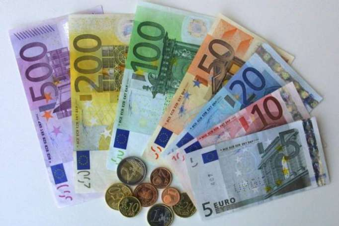 Euro holds at three-year high as attention turns to Draghi