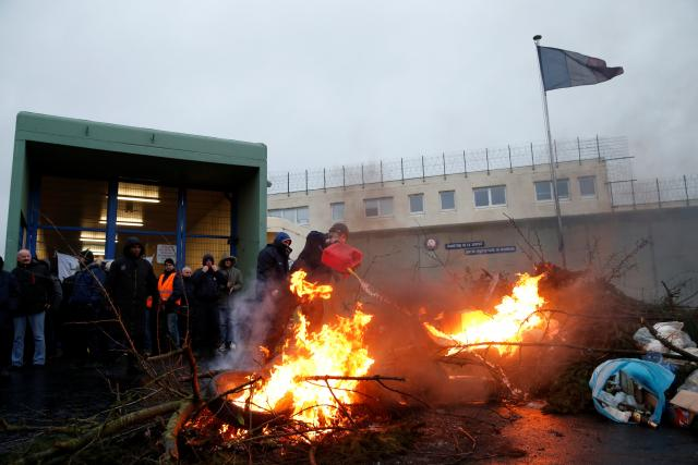 French prison guards end nationwide strike