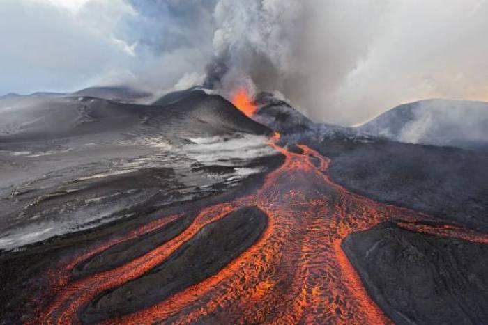 """بركان """"ثائر"""" في اليابان يقذف الصخور على المتزلجين"""