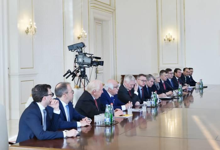 Presidente de Azerbaiyán recibe a los oficiales alemanes