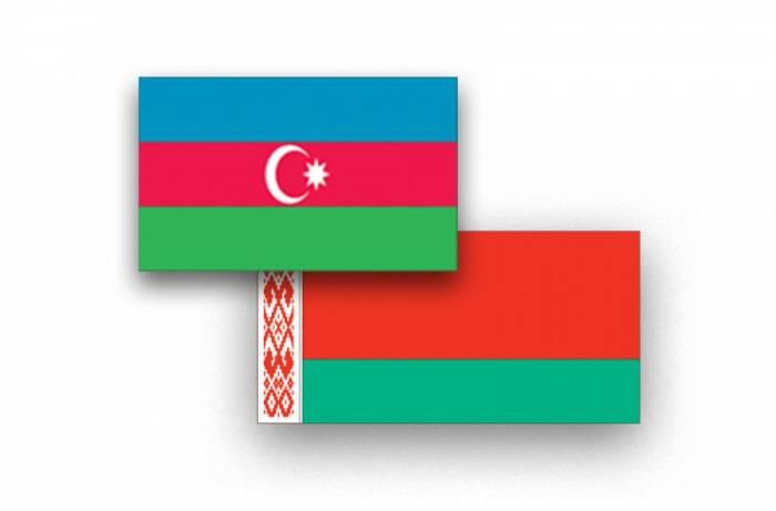 Aserbaidschans Verteidigungsminister begibt sich nach Belarus