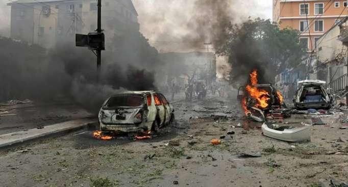 Al menos 18 muertos por doble atentado con coches bomba en la capital de Somalia