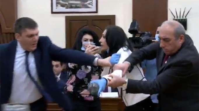 ممثلو ساركسيان يضربون الامرءة سياسية - فيديو