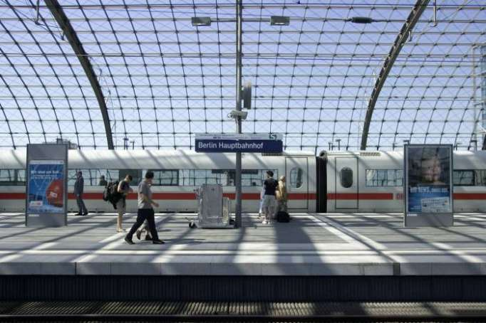 Berlin train station evacuated over suspicious package