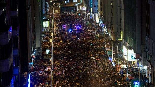 Cientos de miles de mujeres toman las calles en una huelga histórica en España