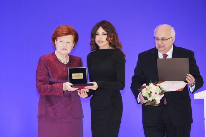 Mehriban Əliyeva mükafata layiq görüldü - FOTO