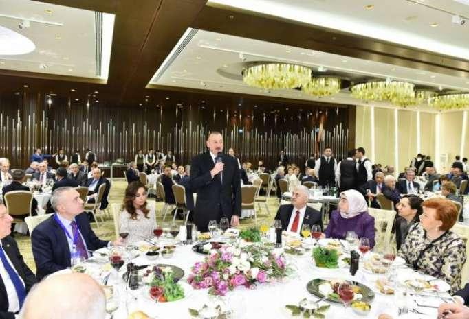 İlham Əliyev xanımı ilə ziyafətdə - FOTOLAR