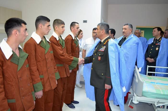 Ministro de Defensa de Azerbaiyán visita a los militares en el hospital- FOTOS