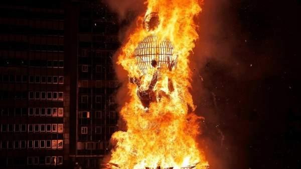 El fuego calienta una Valencia empapada que entierra sus Fallas más vigiladas