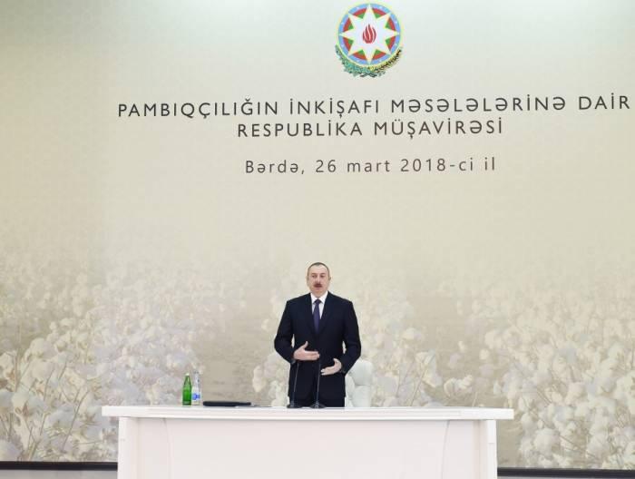 Ilham Aliyev nimmt an Beratung über Entwicklung des Baumwollanbaus in Barda teil