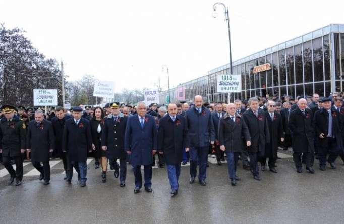 Miles de personas marchan hasta el cementerio del genocidio de Guba- FOTO