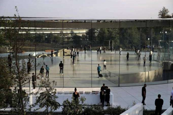 Apple employees call 911 after walking into glass walls
