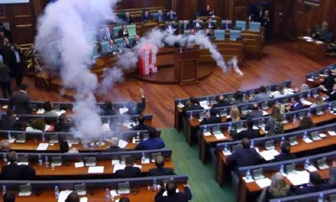 Deputat parlamentə qaz bombası atdı - VİDEO