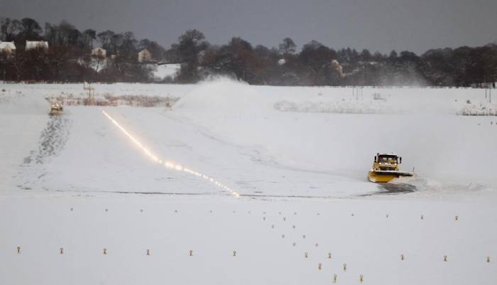 Hundreds of flights cancelled after snow shuts down Dublin airport - NO COMMENT