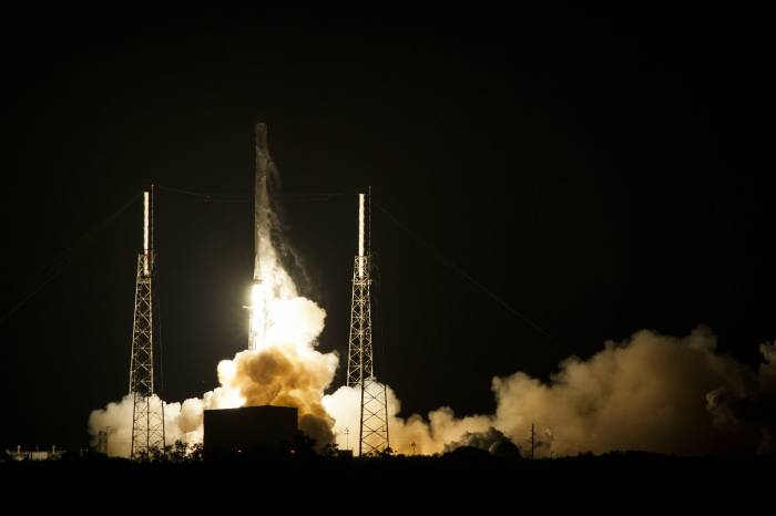 Amazing video shows SpaceX rigorously testing its crew fragon escape system -  Video