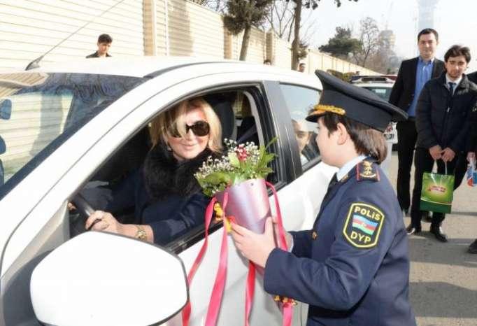 Yol polisi xanım sürücülərə hədiyyə payladı - FOTOLAR